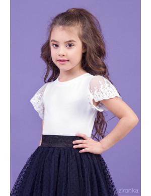 Блузка белого цвета с коротким кружевным рукавом